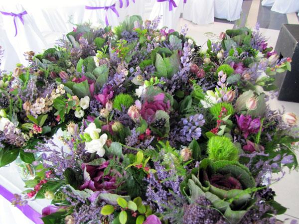 cvetni aranzmani za stolove za goste