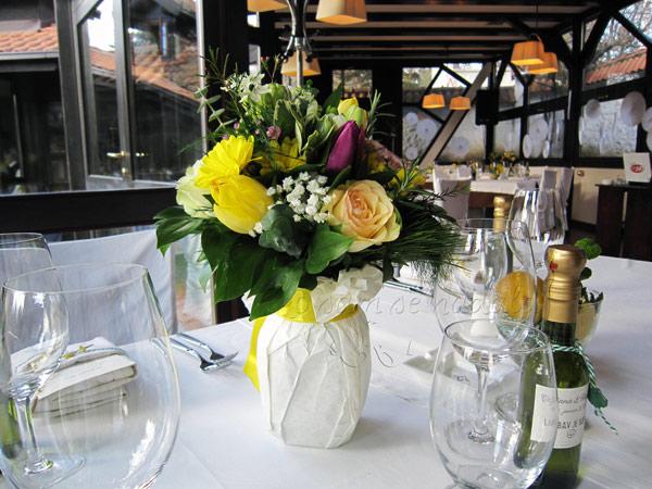 dekoracija vencanja cvetni aranzmani za stolove za goste