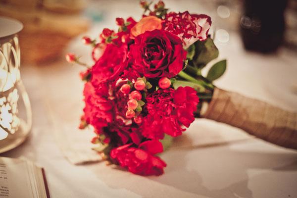 bidermajer-crvene-ruze-i-karanfili