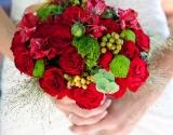 bidermajer-crvene-ruze-alstromerije-zelene-bobice